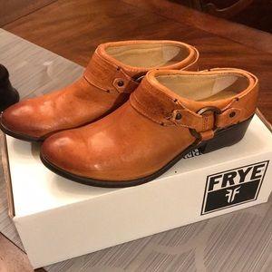 Frye Carson Clog